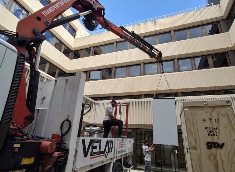 Transporte de racks en laboratorios de tecnología en PTM Tres Cantos